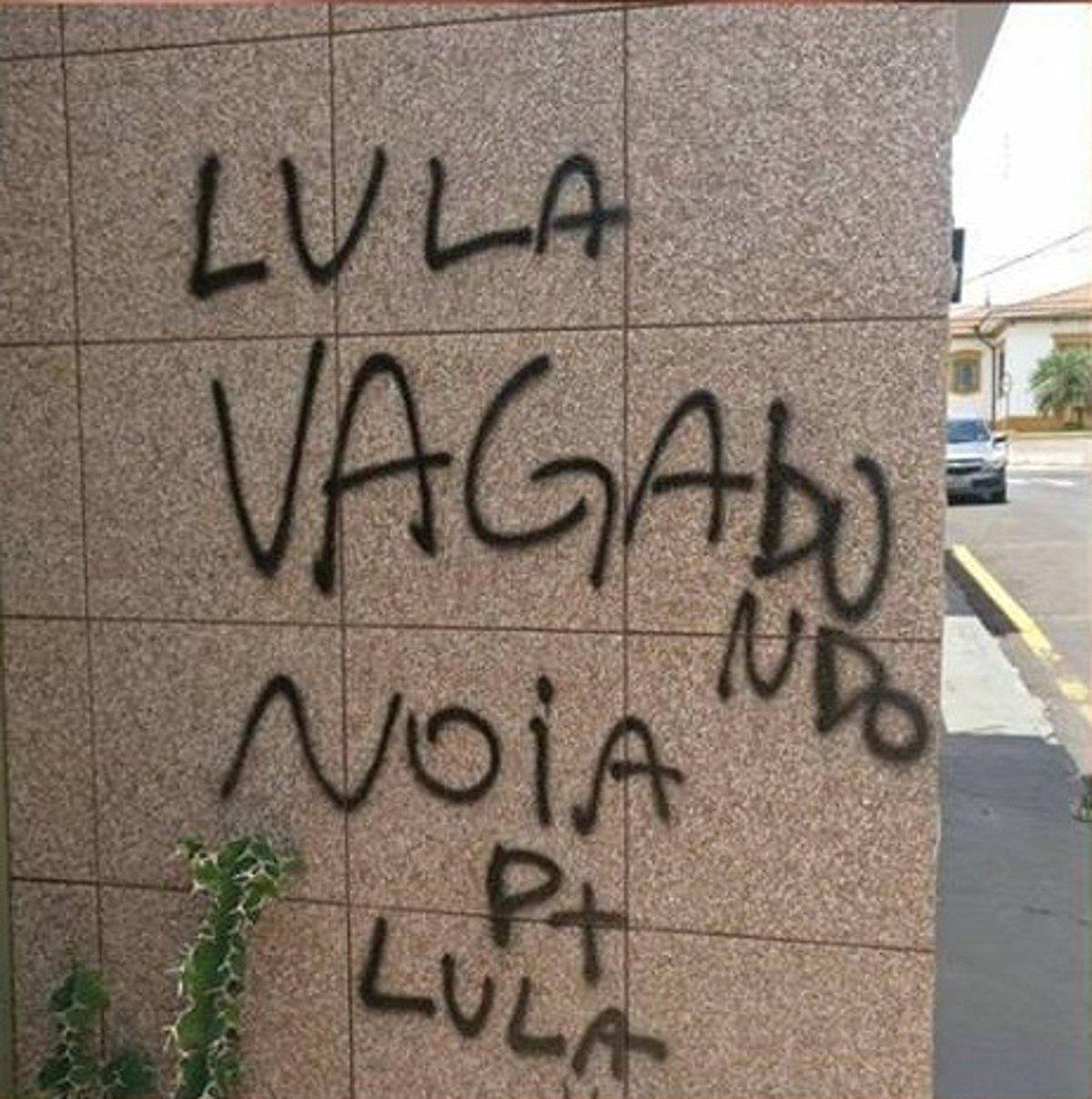 """Vândalos invadiram e picharam o local, com frases e símbolos nazistas e ofensas ao ex-presidente Lula; Em nota, a presidenta nacional do PT, Gleisi Hoffman, lamentou o fato e disse que """"A violência política e o ódio social crescem num ambiente de exceção como este que se configura no país, desde o Golpe de 2016"""""""