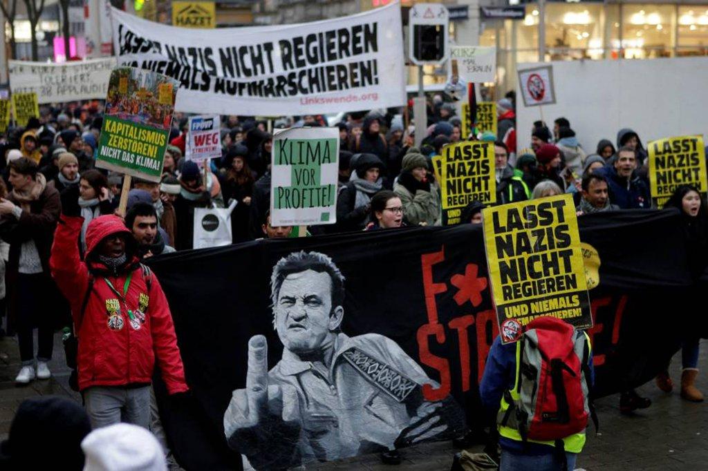 Milhares de manifestantes tomaram as ruas de Viena para pedir que o novo governo de direita da Áustria seja boicotado pelo restante da Europa; cerca de 20 mil pessoas, de acordo com estimativa da polícia, se reuniram para protestar contra o novo governo de coalizão que inclui o Partido da Liberdade da Áustria (FPO), de extrema-direita e fundado por ex-nazistas.