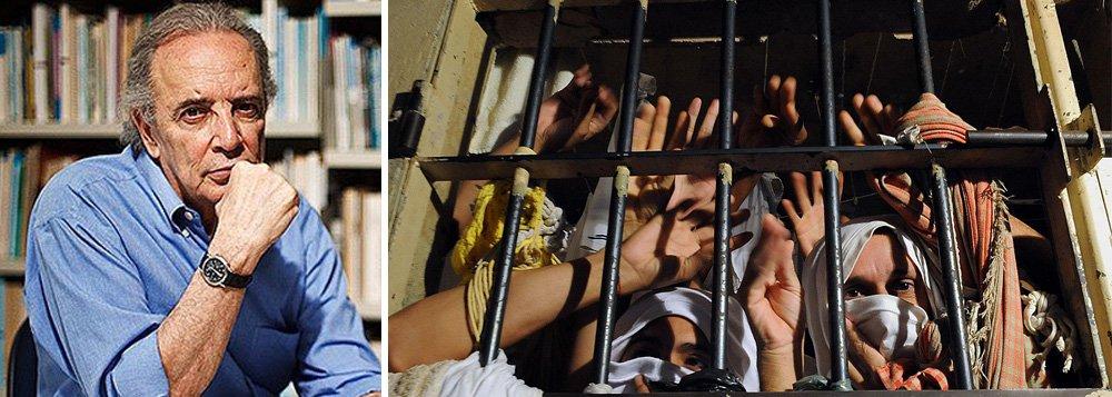 """O colunista Janio de Freitas diz quesituação dos presidiários no Brasil é de """"plena e múltipla criminalidade""""; """"Alheia. Daqueles que nos governos, a começar do federal e sem ressalva estadual, permitem, criam e mantêm, por ação e por indiferença desumana, essa realidade que a Constituição e as leis e tratados internacionais, os de paz e até os de guerra, consideram criminosa. Crime contra a humanidade"""", diz o colunista"""