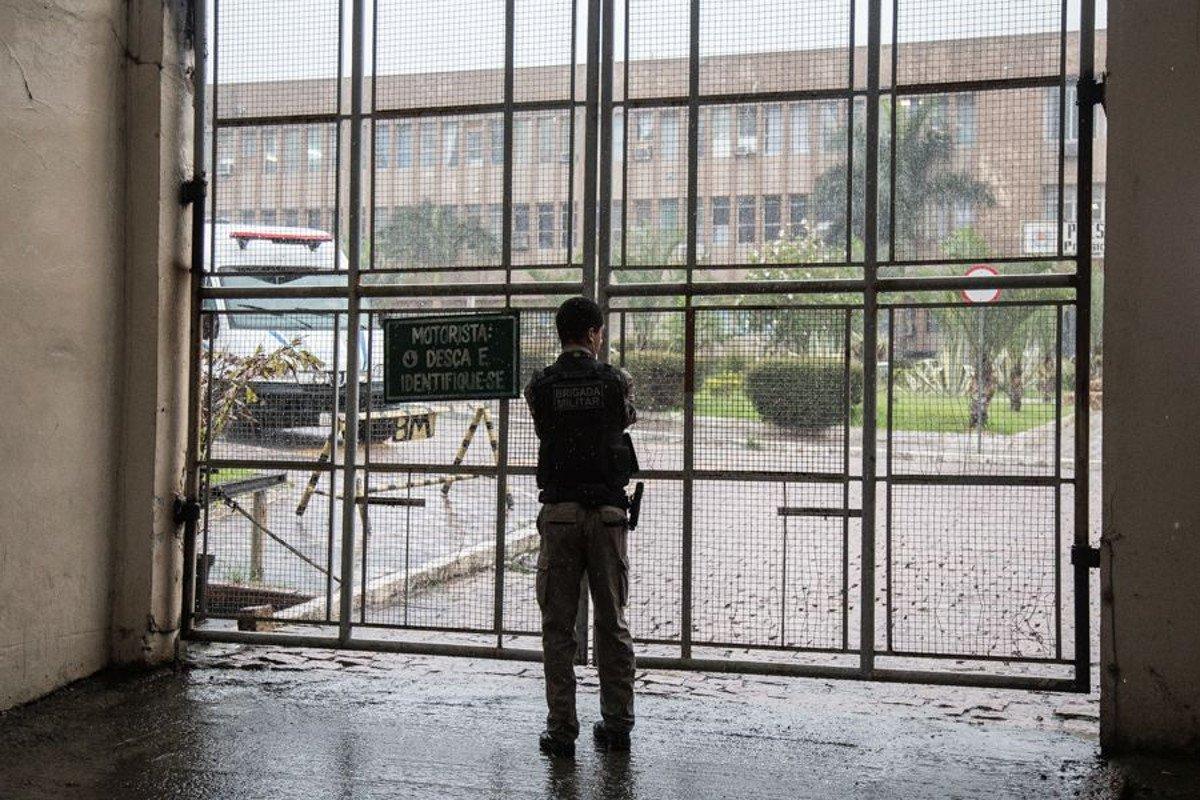 """No final de 2016, o governo de José Ivo Sartori (PMDB) anunciou a construção de três centros de triagem, que poderiam resolver o problema da falta de vaga para presos provisórios; criados como uma espécie de extensão das carceragens de delegacias, os Centros não poderiam manter um preso além de cinco dias, no entanto, há presos que esperam uma vaga em unidade prisional há quatro meses e a média de""""estadia"""" é de 90 dias, 85 além do período considerado legal"""
