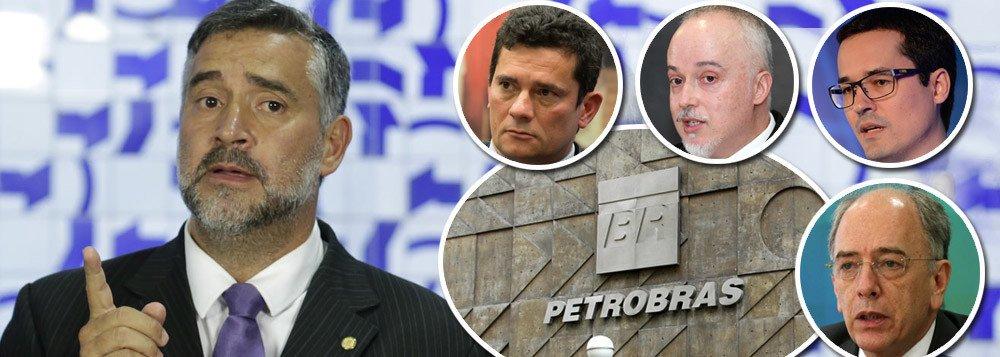 """Líder do PT, Paulo Pimenta (RS) reforçou nesta sexta-feira 5, em vídeo, que o PT irá """"às últimas consequências"""" contra o acordo da Petrobras; """"É escandaloso"""", criticou; o caso também """"abre precedente para que outros fundos venham saquear a Petrobras"""", alerta; """"Escritórios de advocacia e consultorias estão ganhando bilhões de reais, de dinheiro público, em cima desta negociação, que envolve uma dose enorme de corrupção e de coisas mal explicadas. Afinal de contas, Parente tem consultorias especializadas nessa área do petróleo"""", denuncia; para ele, a forma como o juiz Sergio Moro e procuradores da Lava Jato """"trataram a Petrobras foram fundamentais para instruir essas ações""""; assista"""