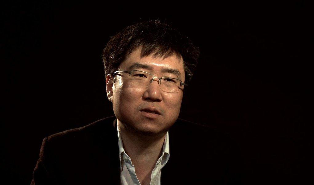 """""""O economista sul-coreano Ha-Joon Chang,há trinta anos vivendo em Cambridge e lecionando na prestigiadíssima universidade local, é conhecido em todo o mundo por seus livros, escritos em linguagem simples, que desmontam as teses da sabedoria inquestionável do 'mercado'"""", diz Fernando Brito, no Tijolaço;""""Chang puxa o tapete dos 'economeiros' tupiniquins em vários assuntos, em especial a venda da Embraer para a Boeing, que ele resume numa frase mortal, dizendo que a brasileira vai ser apenas uma 'segunda marca' da gigante americana"""""""