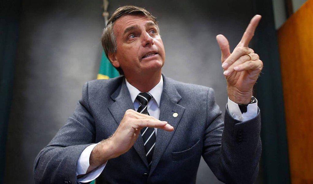 """Jornalista Kiko Nogueira, afirma, no Diario do Centro do Mundo, que o presidenciável pelo PSC, Jair Bolsonaro (RJ), """"está sendo destruído pela mesma mídia sem a qual ele não existiria. Nem Sheherazade o quer mais""""; """"Está descobrindo que nunca passou de um cachorro louco e seu lugar é no canil da Casa Grande""""; segundo o blogueiro, o parlamentar """"não vai perder um único voto, já que seus seguidores analfabetos funcionais o amam por motivos outros. Basicamente, seu jeitinho fascista de ser.Mas não vai ganhar novos"""""""