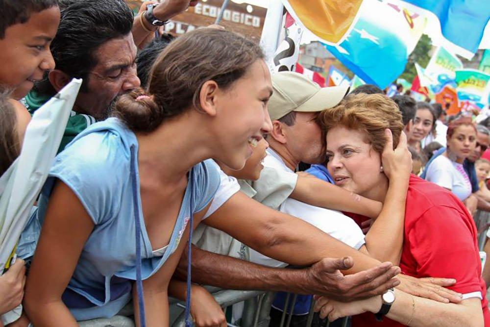 """Liderando as intenções de votos dos mineiros para uma vaga no Senado Federal, a presidente deposta Dilma Rousseff não descartou se candidatar a senadora por Minas Gerais, numa disputa direta com o senador Aécio Neves, principal articulador do golpe parlamentar de 2016, e que se tornou um cadáver político em seu próprio partido; É bom dizer o seguinte: eu fiz política a minha vida inteira. Comecei a fazer política no Colégio Estadual de Minas Gerais em 1964"""", afirmou Dilma; """"Naquela época, como agora, eu fiz política, e não tinha mandato. Eu posso continuar fazendo política sem mandato, o que eu estou avaliando é a conveniência de participar, como senadora ou de que forma"""""""