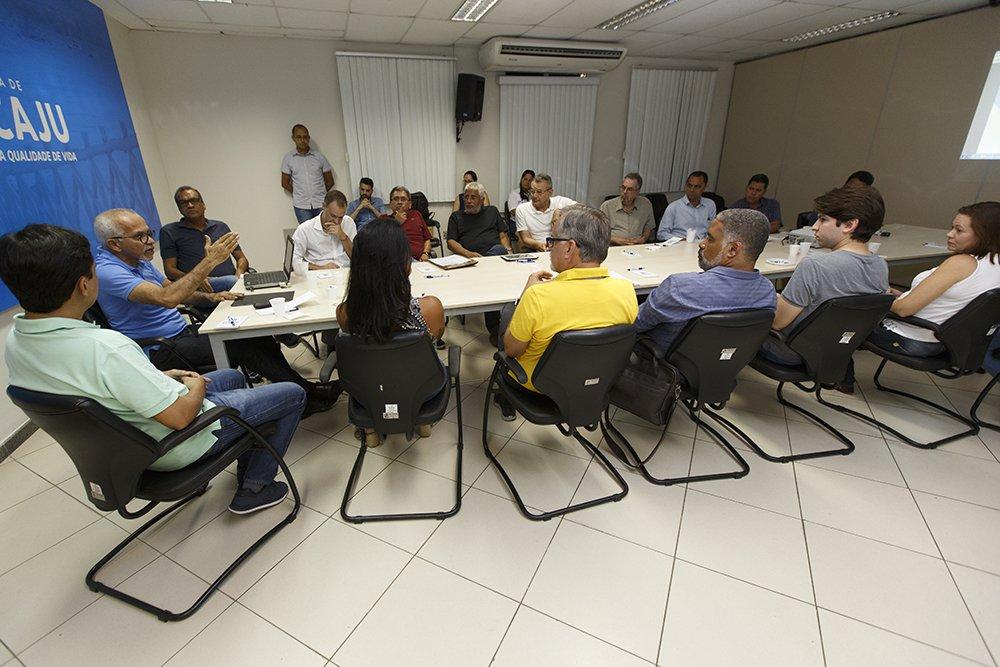 """O prefeito de Aracaju, Edvaldo Nogueira (PCdoB) reuniu todo o secretariado na manhã deste sábado, 20, para discutir o andamento dos projetos prioritários da primeira etapa do Planejamento Estratégico de Aracaju, como o Aracaju Segura, o Plano Diretor e a digitalização de processos nas áreas de Saúde e Educação; no encontro, Edvaldo cobrou de seus auxiliares """"foco total"""" no alcance das metas da administração"""