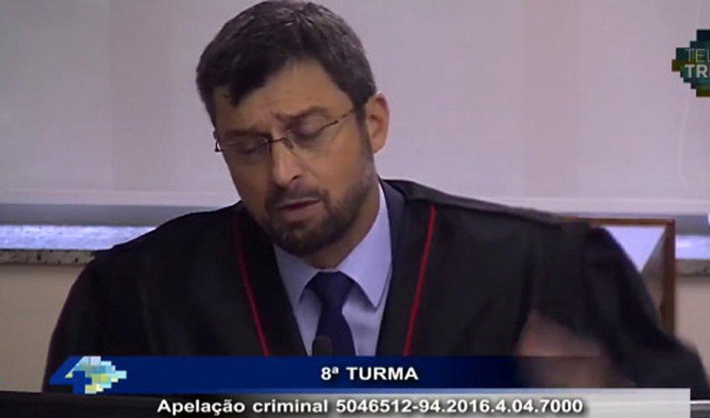 """""""Não foi preciso mais que os primeiros discursos da acusação do promotor Maurício Gerum (foto) e do patético advogado do presidente da Petrobras, René Dotti, para que se prove aquilo que os dois supõem não haver no julgamento do TRF-4: política"""", diz o jornalista Fernando Brito; """"Gerum partiu para o ataque aos políticos, fonte e origem, para ele, dos males do Brasil e afirmou, sem qualquer pudor, que promotores e juízes são um seleto clube de homens lúcidos, infalíveis e incontestáveis, separados de suas posições ideológica, sublimes 'técnicos' da aplicação da lei. Os juristas, os acadêmicos, as centenas que se manifestaram contra as deturpações do processo, para eles, são apenas lixo"""""""