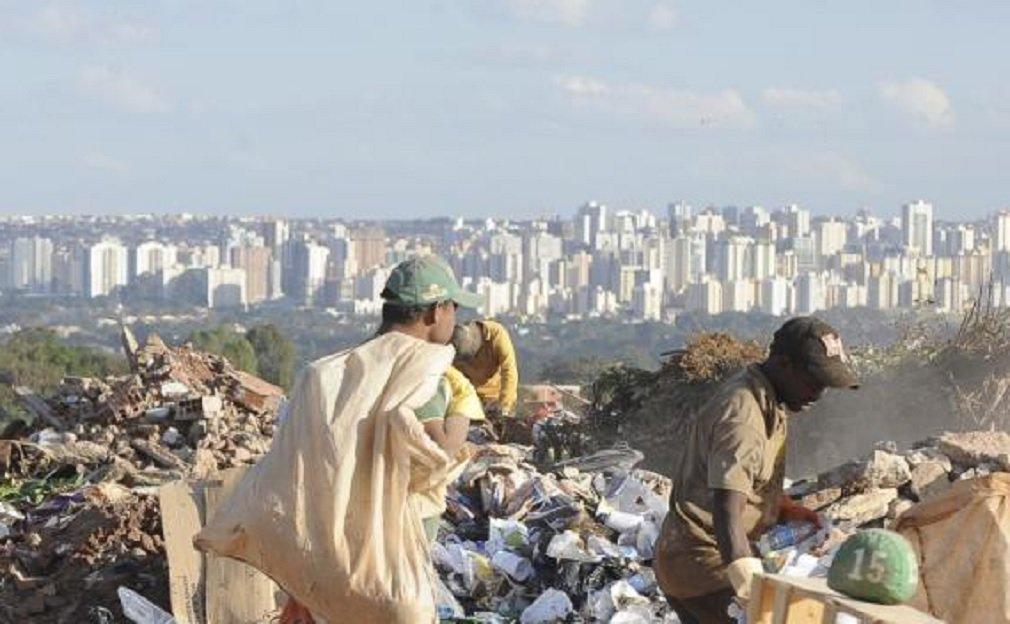 Com o armazenamento de 40 milhões de toneladas de resíduos ao longo de sua história, o segundo maior lixão do mundo foi fechado na manhã deste sábado depois de quase seis décadas de existência; com 201 hectares, a área fica próximo ao Parque Nacional de Brasília e a cerca de 20 quilômetros da Esplanada dos Ministérios; o lixão da Estrutural integra a lista da Associação Internacional de Resíduos Sólidos como um dos 50 maiores depósitos de lixo a céu aberto do mundo, ficando atrás apenas do lixão de Jacarta, na Indonésia