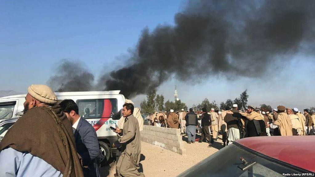 Ao menos 15 pessoas morreram e 13 ficaram feridas na sequência de explosão durante um funeral na cidade afegã de Jalalabad; incidente aconteceu no cemitério Muqam Khan durante a cerimônia de enterramento de um dos altos responsáveis locais; por enquanto, ninguém reivindicou o atentado
