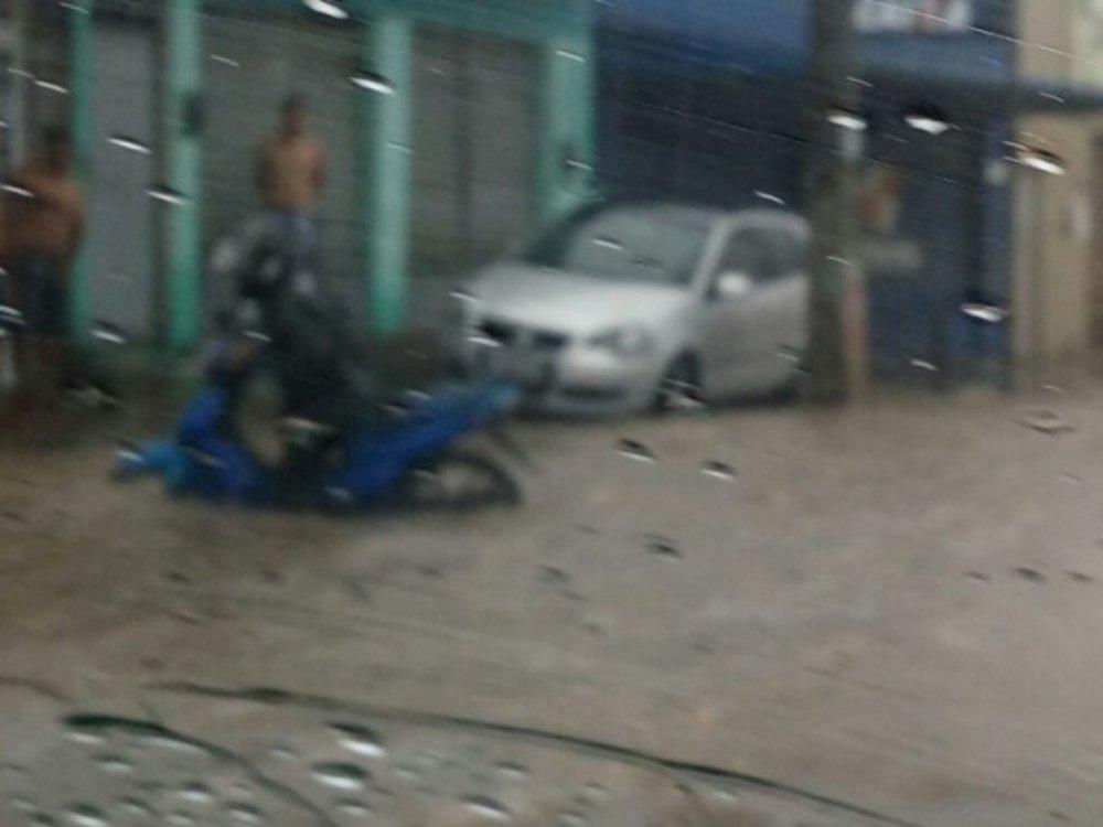 Chuva forte acompanhada de trovões, relâmpagos e alguns raios pegaram muitos de surpresa no começo da manhã desta terça-feira (23) em Maceió; vários bairros da capital alagoana ficaram sem energia elétrica