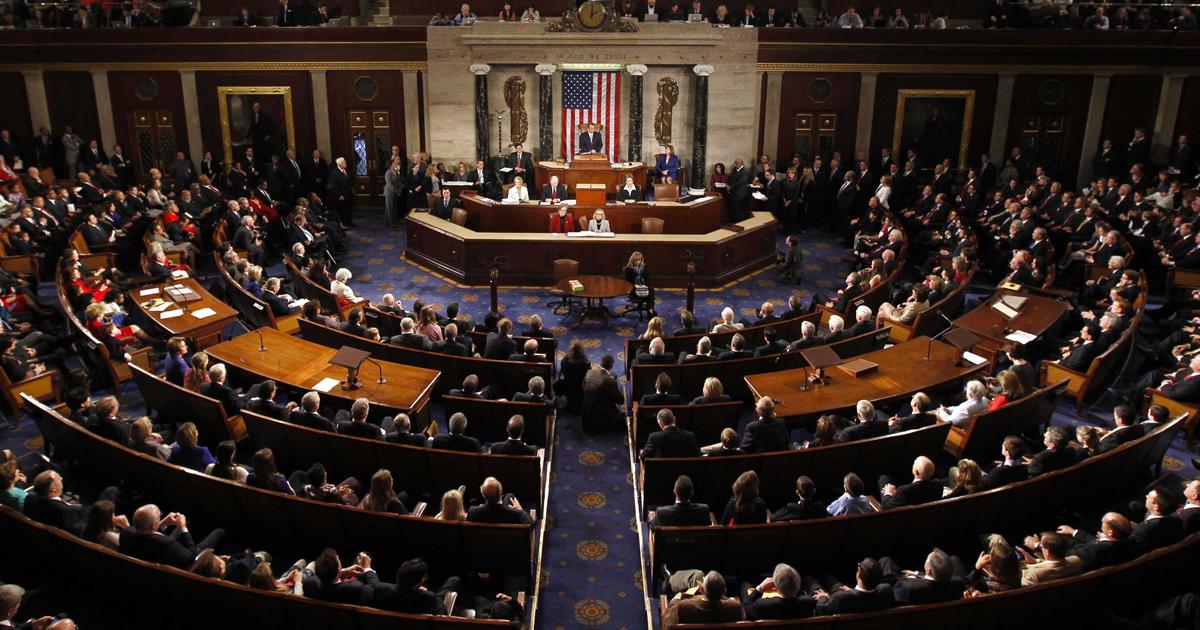Câmara dos Representantes dos Estados Unidos (EUA) aprovou proposta para manter o governo financiado até o dia 16 de fevereiro e evitar, dessa forma, um fechamento parcial do Executivo, cujos fundos expiram hoje (19), à meia-noite; Câmara Alta, porém, pode ter votos suficientes para forçar um fechamento parcial do governo; se o Congresso não chegar a um acordo nas próximas 24 horas, ocorrerá no aniversário de posse de Donald Trump o primeiro fechamento parcial do governo desde 2013