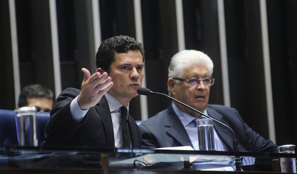 O senador Roberto Requião (MDB-PR) será o relator no Senado do fim do auxílio-moradia de R$ 4,3 mil para juízes, procuradores, promotores, conselheiros de contas, dentre outros servidores com carreira no Estado; segundo o blogueiro Esmael Morais, Requião deve ser 'tão duro' no relatório 'quanto o juiz Sérgio Moro na lava jato'; previsão é que o relatório final do projeto que extingue o auxílio-moradia para a magistratura e carreiras de Estado fique pronto nesta Quarta-Feira de Cinza, dia 14