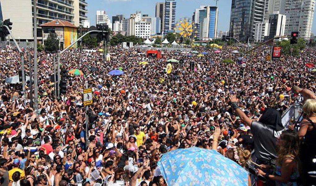 O carnaval de rua de São Paulo começa hoje (10) com 44 blocos desfilando em vários pontos da cidade; um dos maiores é o Agrada Gregos, que espera atrair 100 mil pessoas para o Obelisco do Ibirapuera com sua proposta de promoção da liberdade, igualdade, respeito ao próximo e amor; à noite, no Sambódromo do Anhembi, desfilam mais sete escolas de samba do Grupo Especial, inclusive as duas grandes campeãs deste século: a Mocidade Alegre e a Vai-Vai