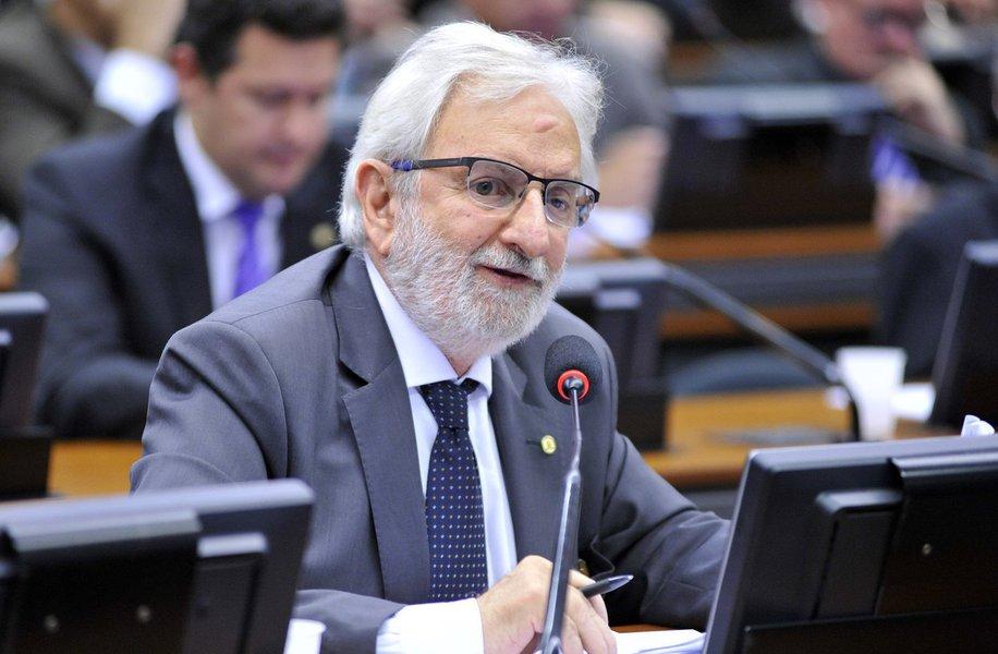 """Após a ministra do STF Carmen Lúcia dizer que discutir o tema, após a condenação do ex-presidente Lula pelo TRF4, sediado em Porto Alegre, """"apequenaria"""" o STF, o deputado federal Ivan Valente (Psol-SP) criticou a posição dela; parlamentar apontou """"indisposição (do STF) em rever processos mesmo que contenham injustiças e falta de provas"""" e """"o apequenamento"""" na decisão sobre Aécio Neves """"que continua com mandato e livre, leve e solto, mostra o desgaste com os dois pesos e duas medidas usada pela Corte já na sua presidência"""""""