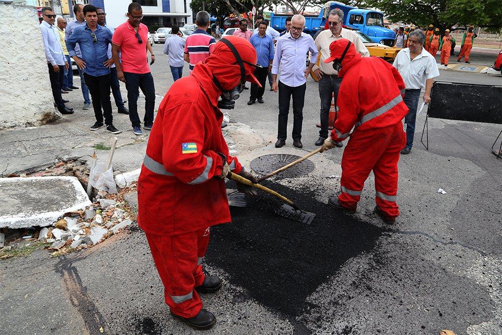 O conjunto Augusto Franco passa a receber, a partir desta quarta-feira (17), o mutirão de tapa-buraco e limpeza da prefeitura de Aracaju, ao longo de um mês, equipes das empresas municipais de Obras e Urbanização (Emurb) e de Serviços Urbanos (Emsurb) atuarão na localidade; o prefeito Edvaldo Nogueira (PCdoB) acompanhou o início dos trabalhos no bairro
