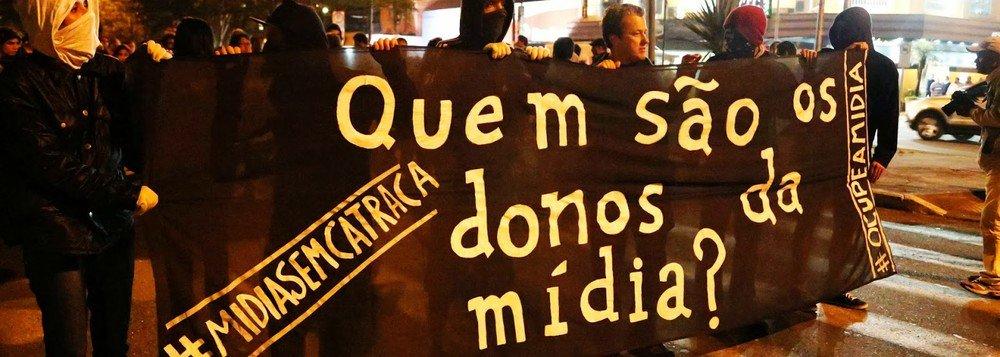 Não olvidemos que os barões midiáticos carregam, intrinsecamente em si, o preconceito racial, social e econômico. Ditam comportamentos e não existam em impor sua ideologia por meio da força. Vide o suicídio de Vargas, o golpe de 1964, e derrubada da presidente Dilma Rousseff