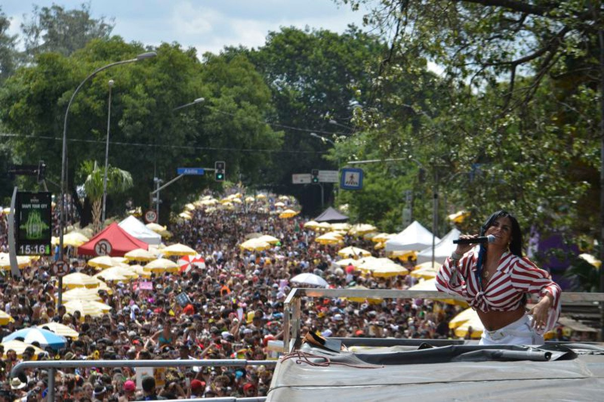 A estimativa do número de foliões no sambódromo do Anhembi e nas ruas da cidade neste sábado (10) foi feita pela Guarda Civil Metropolitana e pela CET; no total, as equipes médicas da Prefeitura realizaram 447 atendimentos médicos e foram recolhidas 351 toneladas de lixo na capital paulista no primeiro dia de Carnaval