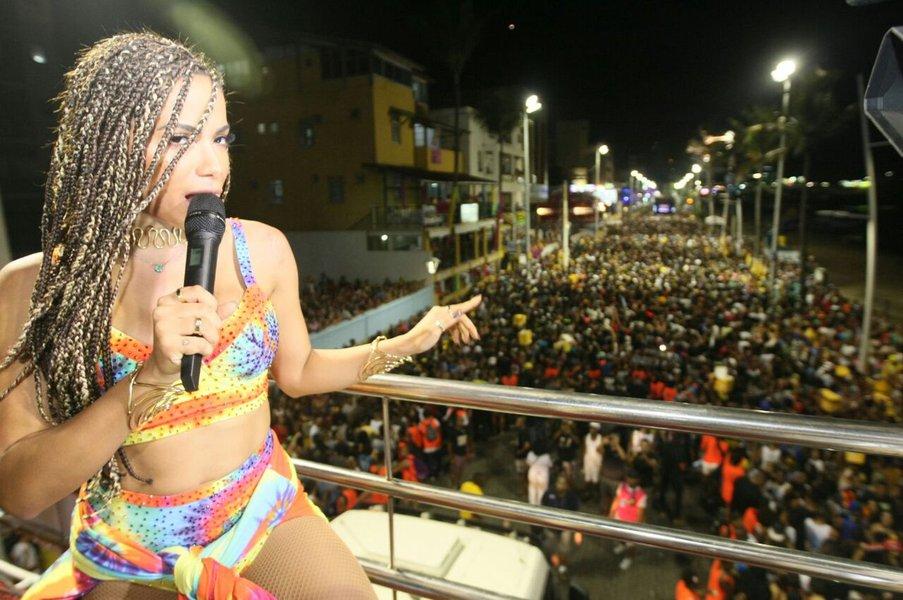 Os três circuitos do Carnaval promovido pelo Governo da Bahia, especialmente para o folião pipoca, serão animados por grandes atrações da música nacional e baiana, nesta sexta-feira (9); Anitta é uma das principais; a cantora desfila a partir das 20h, na Barra (Dodô), seguida de Parangolé, às 20h30, Luiz Caldas (20h45), Margareth Menezes (21h45) o Trio da Huana (23h30)