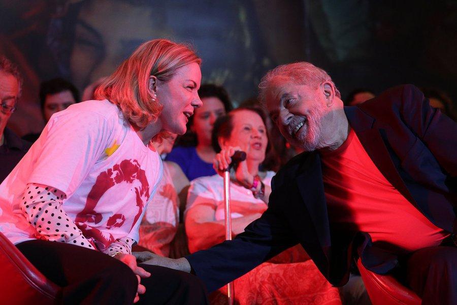 """Diretório Nacional do PT se reúne esta quinta-feira, 25, em São Paulo, e deve dar uma pronta resposta à decisão do TRF-4 que condenou sem provas o ex-presidente Lula em segunda instância; principais líderes petistas devem participar do ato; """"Vamos confirmar a candidatura de Lula na convenção partidária e registrá-la em 15 de agosto, seguindo rigorosamente o que assegura a Legislação eleitoral"""", dissea presidente do PT, senadora Gleisi Hoffmann, logo após o resultado do julgamento; """"Não vamos aceitar passivamente que a democracia e a vontade da maioria sejam mais uma vez desrespeitadas. Vamos lutar em defesa da democracia em todas as instâncias, na Justiça e principalmente nas ruas"""""""