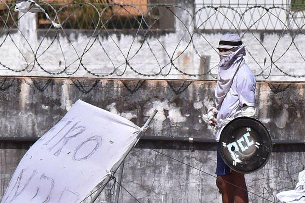 O suposto líder do Primeiro Comando da Capital (PCC) na Baixada Santista, Wagner Ferreira da Silva, de 32 anos, foi morto a tiros, em frente a um hotel no Jardim Anália Franco, na zona leste de São Paulo; segundo imagens de segurança, Cabelo Duro foi abordado na rua e correu na direção da entrada do Hotel Blue Tree Towers, tentando escapar, mas caiu ao lado de um Toyota Corolla preto. Um dos assassinos se aproxima e dispara com um fuzil na vítima deitada
