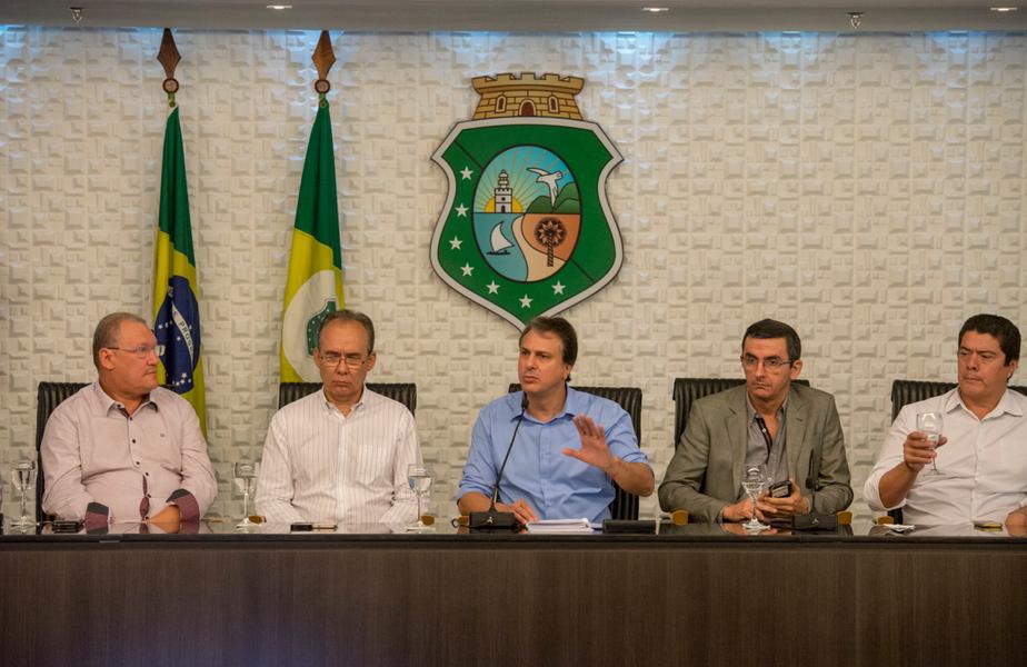 """Após o anúncio do prognóstico positivo para a quadra chuvosa de 2018 no Ceará, nesta segunda-feira (22), Camilo Santana (PT) enfatizou que o Governo continuará com os planos de encomia de água e de diversificação de fontes hídricas para garantir o abastecimento da população. """"Vamos continuar mais firmes ainda trabalhando com as nossas ações. Já foram mais de 400km de adutoras construídas ao longo desses três anos, levando água de uma cidade para outra para garantir esse abastecimento. Vamos continuar com as nossas ações de perfuração de poços"""", afirmou"""