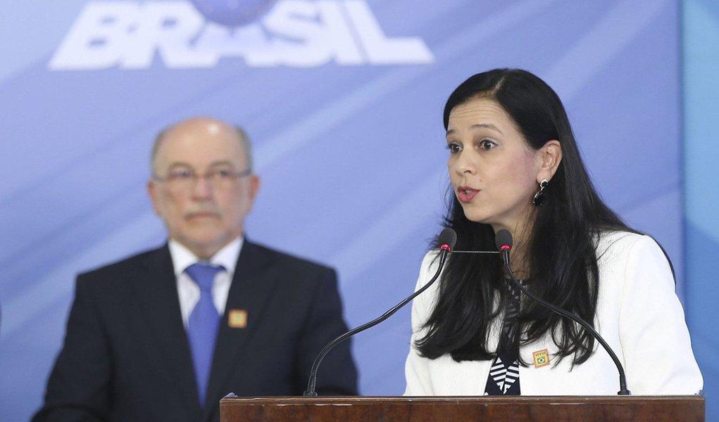 Brasília - O presidente Michel Temer dá posse a Grace Mendonça como ministra-chefe da Advocacia-Geral da União (AGU), em cerimônia no Palácio do Planalto (Antonio Cruz/Agência Brasil)