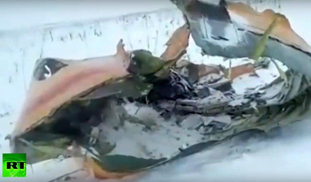 Um avião de passageiros caiu perto de Moscou, pouco depois de decolar neste domingo, matando todas as 71 pessoas a bordo e investigadores disseram que avaliavam todas as possíveis causas; a temperatura estava em torno de 5 graus Celsius negativos, com neve caindo periodicamente quando o avião AN-148 operado pela Saratov Airlines decolou rumo à cidade de Orsk, na região de Orenburg