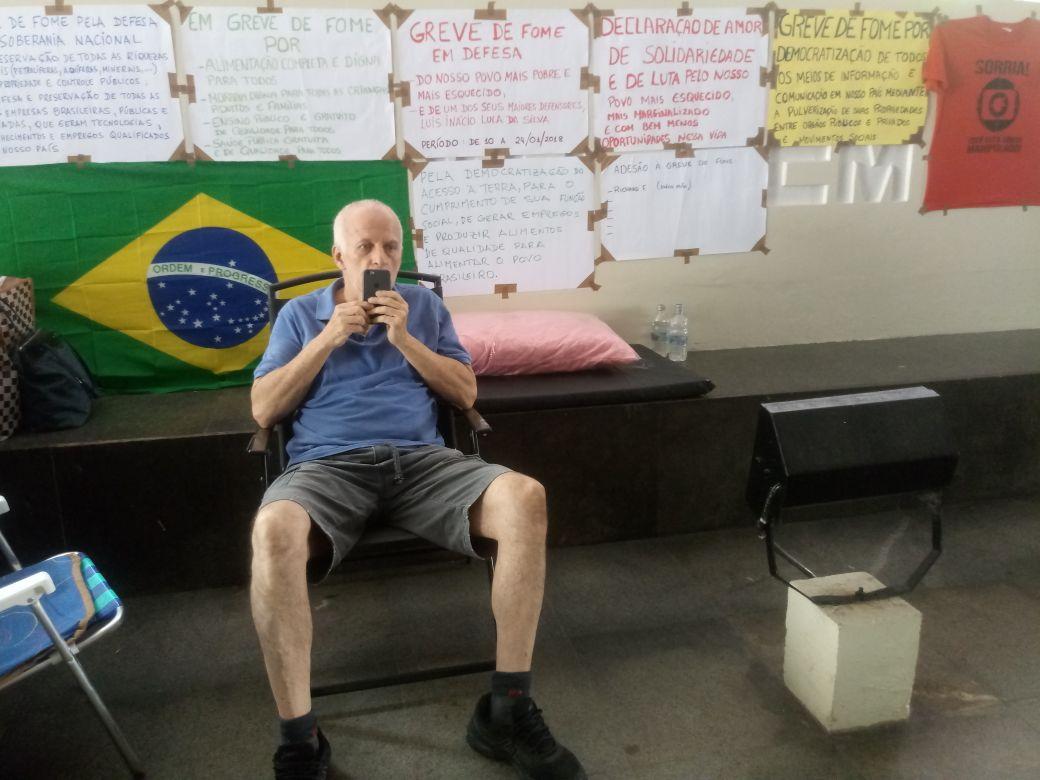 """O economista cariocaRichard Faulhab, que fez greve de fome em apoio ao ex-presidente Lula, diz que o Brasil, """"com tantas riquezas minerais, e também humanas, não tem como não estar no centro das atenções e interesses destes muito poderosos, cujo maior objetivo é enriquecer cada vez mais, às custas de quem quer que seja""""; """"Quanto mais nos unirmos, como verdadeir@s irm@os, mais união e força teremos para conseguirmos nos contrapor a cada um dos desmontes e saques de nosso país"""""""