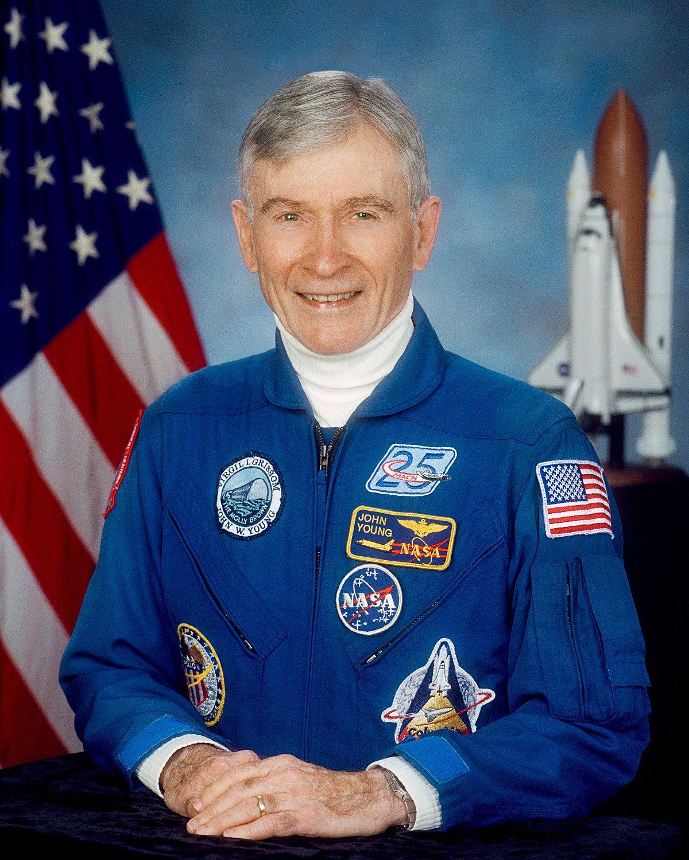"""O astronauta norte-americano John Young, que caminhou na Lua em uma de suas seis missões no espaço, morreu aos 87 anos, disse a Nasa neste sábado; Young, ex-piloto de testes da Marinha norte-americana, se tornou em 1972 a nona pessoa, de 12, a pisar na lua; """"Estamos tristes pela perda do astronauta John Young"""", disse a agência espacial norte-americana em comunicado no Twitter"""