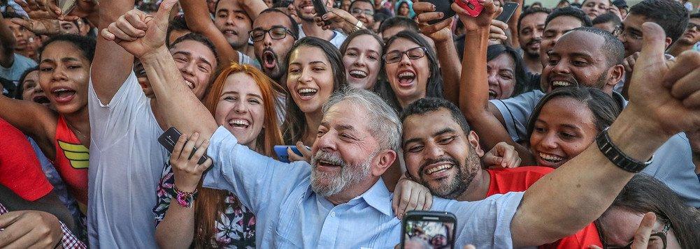 Acontece nesta segunda-feira (15) uma grande mobilização na Praça da Liberdade, centro de Teresina, em defesa da democracia e da candidatura de Lula à Presidência; o evento conta com a presença do governador Wellington Dias, membros da executiva estadual do PT, políticos de partidos aliados e líderes de movimentos sociais e sindicais