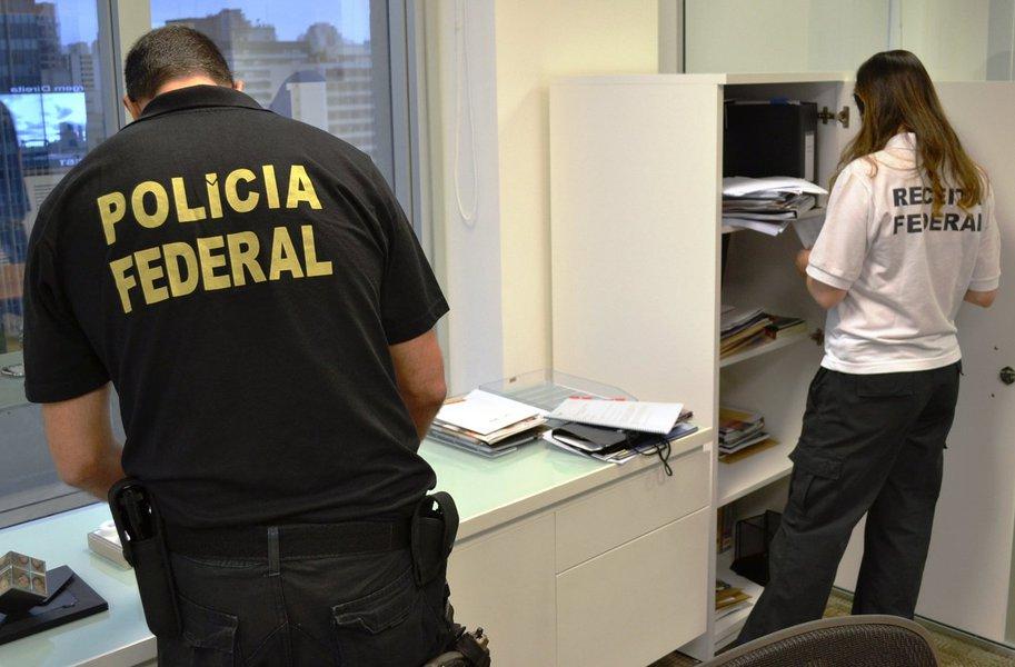 Uma Operação da Polícia Federal para investigar a atuação de uma suposta organização criminosa em um esquema de desvio de recursos previdenciários do Fundo Postalis, o Instituto de Seguridade Social dos Correios e Telégrafos, também atinge o estado de Alagoas; outros mandados judiciais estão sendo cumpridos em São Paulo, Rio de Janeiro e no Distrito Federal