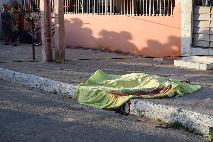 De acordo com a Secretaria de Estado da Segurança Pública (SSP), o número de homicídios ocorridos em Alagoas, em 2017, em comparação com os anos de 2015 e 2016, teve um aumento do quantitativo de assassinatos, chegando a 1.913 casos, sendo 5,2 crimes por dia, em vários bairros da capital e cidades do interior; tabelas também apontam que, de janeiro a dezembro de 2017, 94,1% dos crimes envolveram vítimas do sexo masculino, enquanto 5,9% do sexo feminino; quanto aos instrumentos utilizados nos crimes, 75,9% deles envolveram arma de fogo; 12,4% arma branca; 6,2% espancamento; 2,4% PAF/B; e 3,1% outros instrumentos