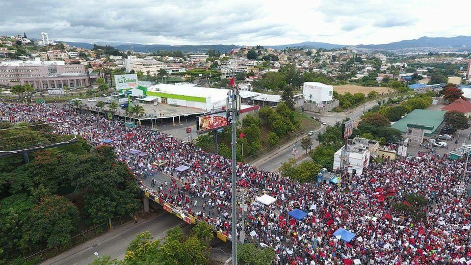 A dinâmica da política hondurenha passa a um estágio do pós-golpe eleitoral que levou o presidente Juan Orlando Hernádez à homologação de um segundo mandato, inconstitucional por não existir reeleição, pelo Tribunal Supremo Eleitoral. O que certamente é maioria na população é a certeza de que no dia de 26 de novembro de 2017 houve uma grande fraude eleitoral