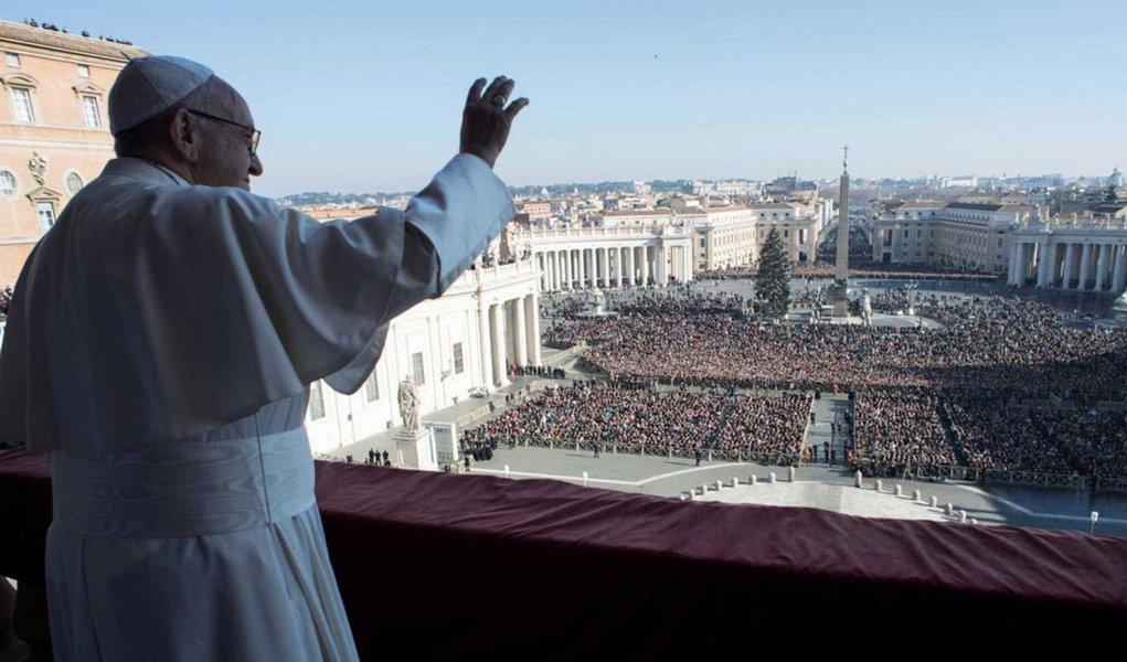 """Em seu último evento público do ano, na Basílica de São Pedro, o pontífice disse que a humanidade tinha """"desperdiçado e ferido"""" o ano """"de muitas maneiras, com trabalhos de morte, com mentiras e injustiça""""; """"Nós temos que assumir a responsabilidade por tudo perante Deus, nossos irmãos e nossa criação"""", disse o Papa Francisco"""