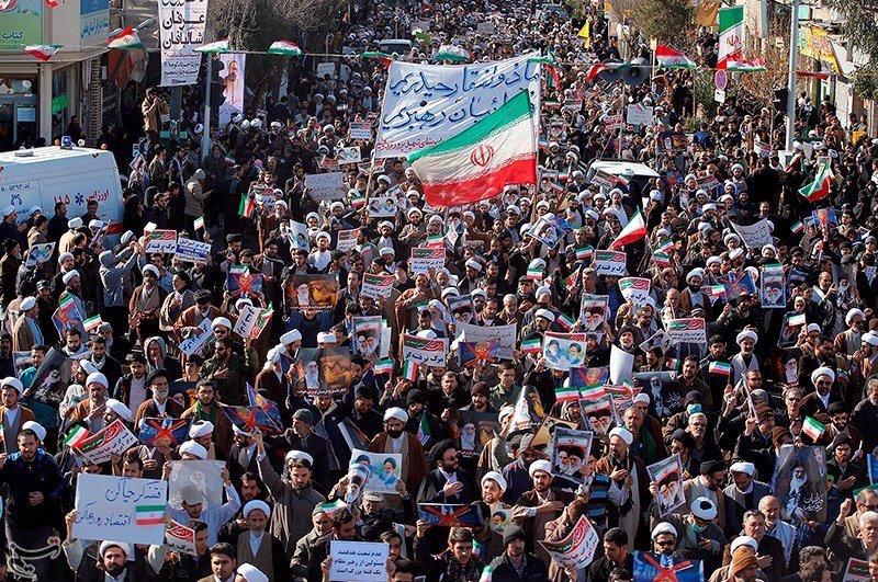 Iranianos participam de manifestação pró-governo no Irã 03/01/2018 Tasnim/Divulgação via REUTERS