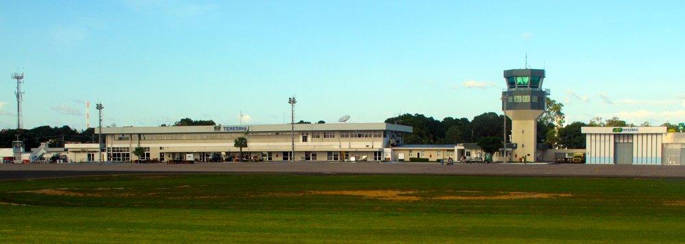 Um homem foi preso no início da manhã deste domingo (14) dentro de um avião da Latam, no Aeroporto Petrônio Portella, em Teresina, acusado de homofobia; de acordo com testemunha que estava no avião, a confusão teria ocorrido por que um homem agrediu com palavras e destratou um comissário de bordo da Latam