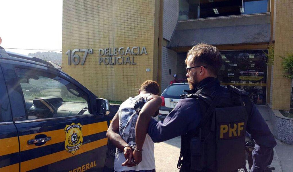 Mais de 10 mil pessoas foram presas pela Polícia Rodoviária Federal (PRF) em 250 dias da Operação Égide, que visa conter a chegada de armas, drogas e contrabando ao país; resultado da fiscalização foi a apreensão de 154,8 toneladas de maconha, 3,52 toneladas de cocaína e crack, 673 armas de fogo além de 119.430 unidades de munição; também foram recuperados 2.224 veículos roubados