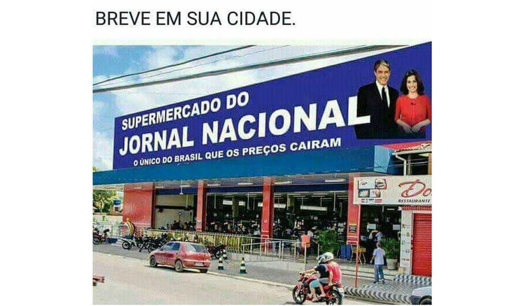 """Uma postagens nas redes sociais ironiza as notícias do Jornal Nacional sobre a queda da inflação; o meme traz a foto de uma fachada de supermercado com a placa: """"Supermercado do Jornal Nacional – O único do Brasil que os preços caíram"""""""