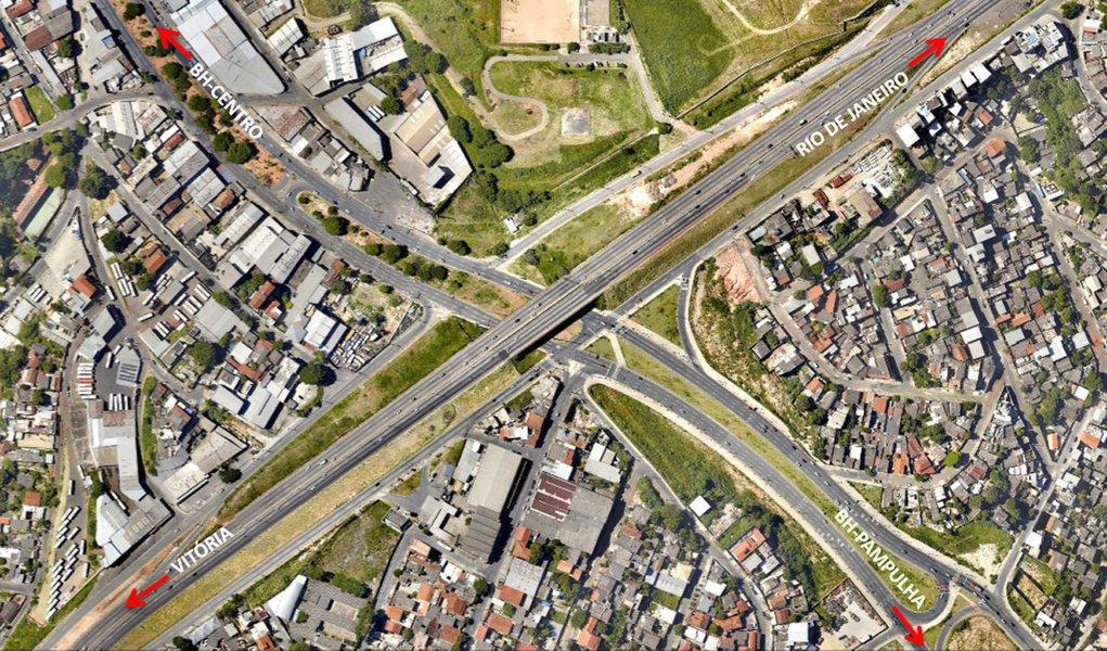 """A partir de março, os caminhões não trafegarão no Anel Rodoviário de Belo Horizonte em horários determinados para evitar acidentes causados pelos veículos pesados, segundo o prefeito Alexandre Kalil (PHS); todos os dias, circulam cerca de 160 mil veículos por alguns trechos do Anel e muitos trechos da via estão em zona urbana, havendo problemas com o tráfego de caminhões na região; """"Os planos estão sendo desenvolvidos, e já asseguramos a proibição do tráfego pesado até no máximo a partir de março deste ano"""", disse Kalil"""