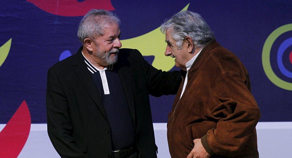 """O ex-presidente e atual senador uruguaio, José """"Pepe"""" Mujica, conversou com Sputnik Mundo sobre vários assuntos centrais da agenda latino-americana; entre os temas principais Mujica fez referência à comparência do ex-presidente Lula da Silva perante a justiça de seu país; """"No fundo da questão, além do jurídico, o que está em jogo é parar o projeto que trata de reduzir as distâncias que existem nas desigualdades sociais desse país continental que é o Brasil, um dos mais injustos da Terra"""", afirmou"""