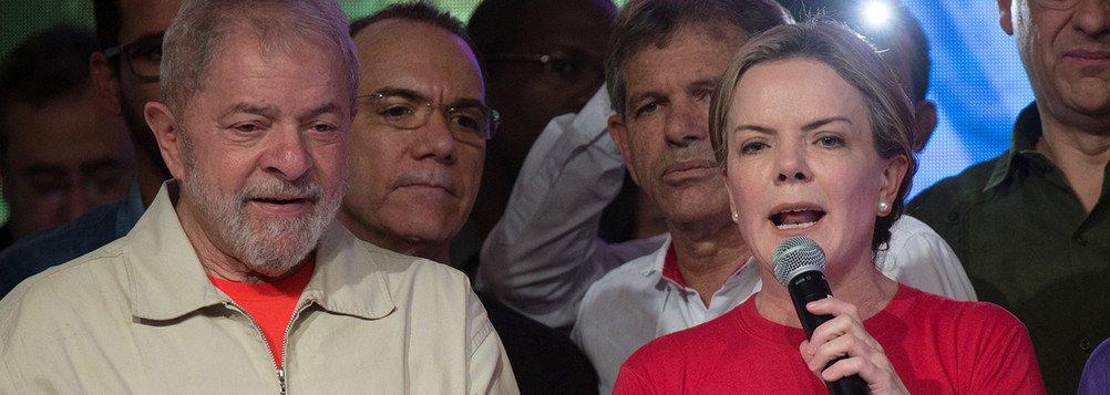 """""""Vocês acham que os golpistas iam fazer tudo isso para chegar em outubro e deixar Lula ganhar? Não! Só a população na rua pode evitar que Lula fique fora injustamente"""", escreveu a A a presidente nacional do PT, Gleisi Hoffmann, em sua conta no Twitter; """"No ano passado só dois processos semelhantes ao de Lula foram julgados em menos de 150 dias""""; """"SÓ 2! Eles nem disfarçam a perseguição a Lula..."""""""