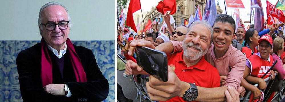 """Em mensagem aos democratas brasileiros,o sociólogo português Boaventura de Sousa Santosalerta que """"a democracia brasileira está em perigo, e só as forças políticas de esquerda e de centro-esquerda a podem salvar""""; para o intelectual, """"o patrimônio simbólico e histórico de Lula saiu intacto das mãos dos justiceiros de Curitiba & Co. É um patrimônio a preservar para o futuro. Seria um erro desperdiçá-lo, instrumentalizando-o para indicar novos candidatos""""; """"A unidade das forças de esquerda deve ser pragmática, mas feita com princípios e compromissos detalhados"""", defende; ele avalia também que, """"da perspectiva das forças conservadoras e do imperialismo norte-americano"""", a vitória do movimento popular gerado pelas candidaturas de Lula foi """"algo inaceitável"""""""