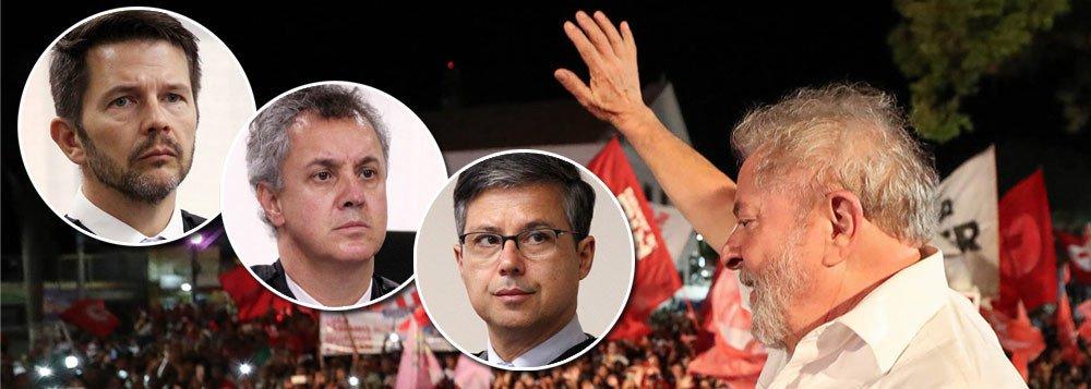 """""""Senhores juízes, é triste dizer, mas os senhores foram solenemente ignorados pela opinião pública"""", diz o jornalista Fernando Brito ao comentar a nova pesquisa Datafolha, que mostra o ex-presidente Lula, mesmo condenado, vence as eleições em qualquer cenário; """"É o resultado que ocorre quando se confunde autoridade com credibilidade. A primeira, ninguém duvida, é forte, imensa mesmo. Já a segunda, os senhores podem ver como está reduzida a quase nada"""", diz Brito"""
