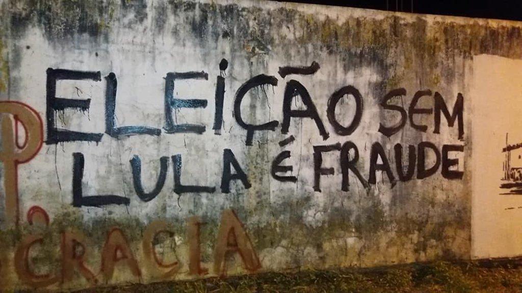 """A Polícia Militar de Parintins (AM) prendeu quatro militantes da Juventude Revolução – um deles menor de idade – porque picharam """"Eleição sem Lula é fraude"""" em muros de terrenos baldios da cidade; eles foram levados à Terceira Delegacia de Polícia de Parintins por dez policiais armados e passaram a noite presos"""