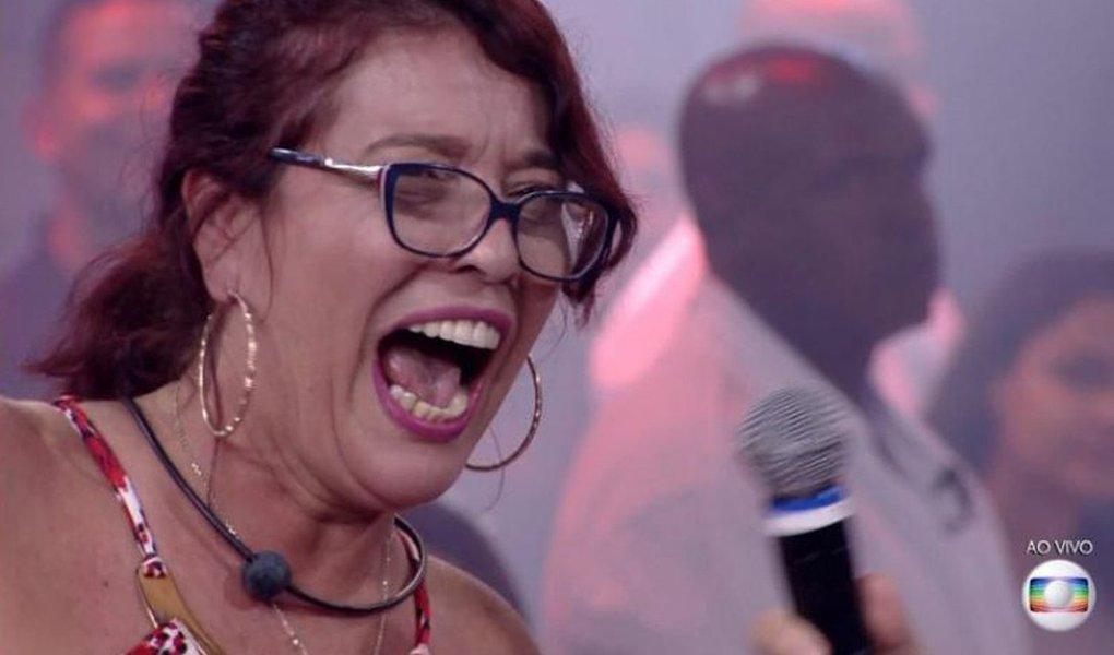 """A cientista política e militante de esquerda Mara Telles foi eliminada no primeiro paredão do Big Brother Brasil 2018; professora de Pós-Graduação em Ciência Política da UFMG, Mara gritou um """"Fora Temer"""", ao se despedir do programa; assista"""