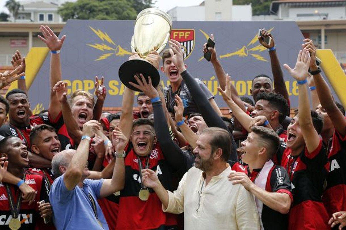 O Flamengo derrotou o São Paulo por 1 a 0, nesta quinta-feira (25), no Pacaembu, e conquistou o tetracampeonato da Copa SP de Futebol Junior com 100% de aproveitamento; o gol foi marcado aos 2 minutos do primeiro tempo, por Wendel, de cabeça, após escanteio cobrado por Pepê; o São Paulo buscou a vitória e intensificou os esforços no segundo tempo, mas parou na capacidade tática rubro-negra e em belíssimas defesas do goleiro Yago