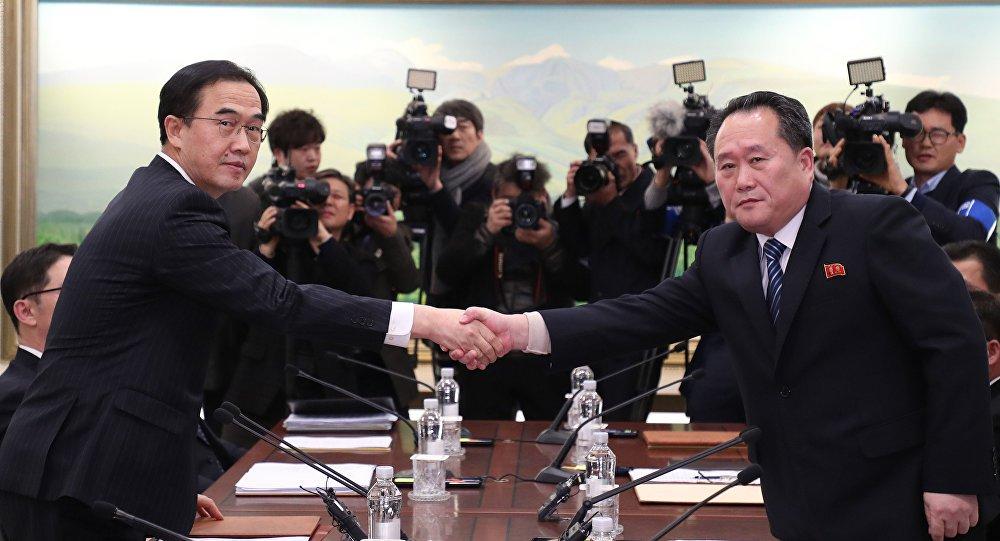 """A Coreia do Sul espera que o fato de os atletas norte-coreanos participarem das Olimpíadas de Inverno de 2018 seja um sinal de paz chegando à península coreana, disse o embaixador da Coreia do Sul na Rússia, Woo Yoon-keun, nesta sexta-feira (26); """"Um dos slogans dessas Olimpíadas é 'jogos olímpicos pacíficos'. Como alguns atletas norte-coreanos participarão [dos jogos], esperamos que as Olimpíadas tragam a paz para a península coreana """", disse Woo"""