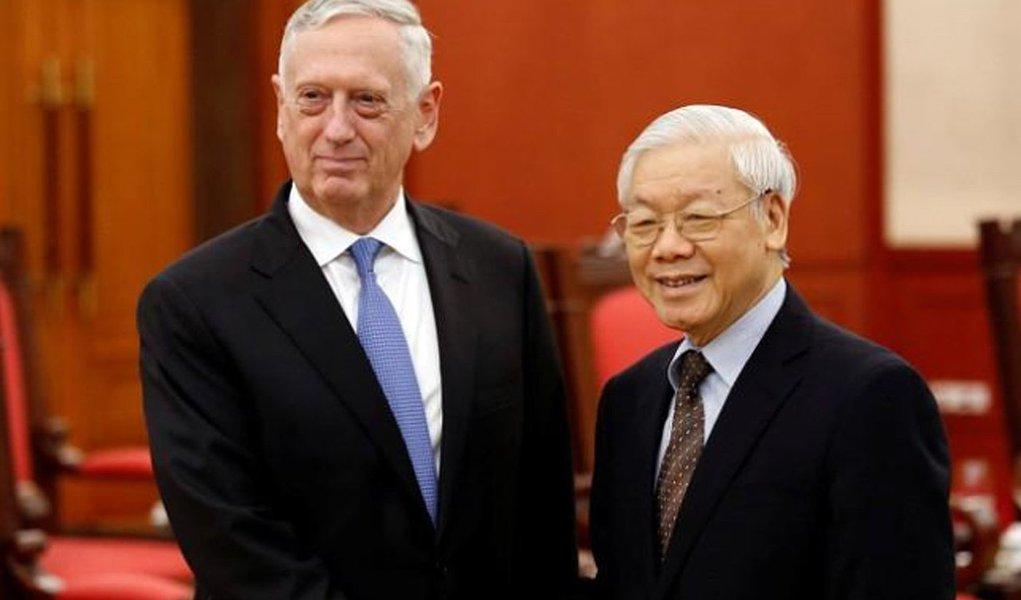 Pela primeira vez desde o fim da guerra, os Estados Unidos irão enviar um porta-aviões ao Vietnã em março, em evidência de aprofundamento dos laços militares entre os países, mais de quatro décadas depois da Guerra do Vietnã; anúncio aconteceu durante visita do secretário de Defesa dos EUA, Jim Mattis, a Hanói