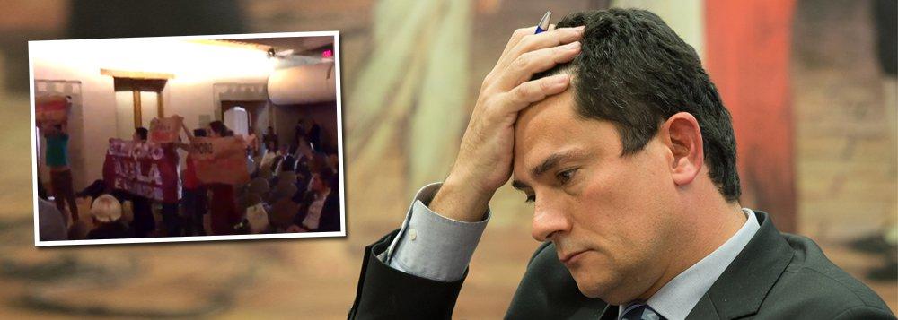 """O juiz federal Sérgio Moro foi alvo de protestos nessa terça-feira, 27, na Cidade do México, durante palestra no Colégio Nacional. Sua intervenção foi interrompida pelos manifestantes, que o acusaram de ser """"golpista"""" e de promover perseguição política contra o ex-presidente Luiz Inácio Lula da Silva; """"Moro imoral, juiz parcial"""", gritaram os manifestantes, que levaram cartazes contra o magistrado da operação Lava Jato; ministro da Suprema Corte, José Ramón Cossío, teve que intervir, para que o juiz Moro pudesse continuar com a palestra; assista"""