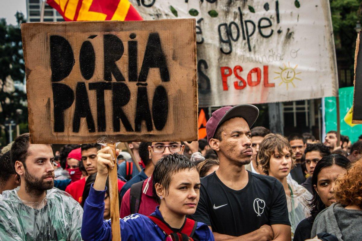 """""""Eu não sou otário, esse aumento vai pro bolso do empresário"""", cantam manifestantes no ato contra o aumento das tarifas em São Paulo; cartazes chamam o prefeito João Doria de """"patrão"""""""