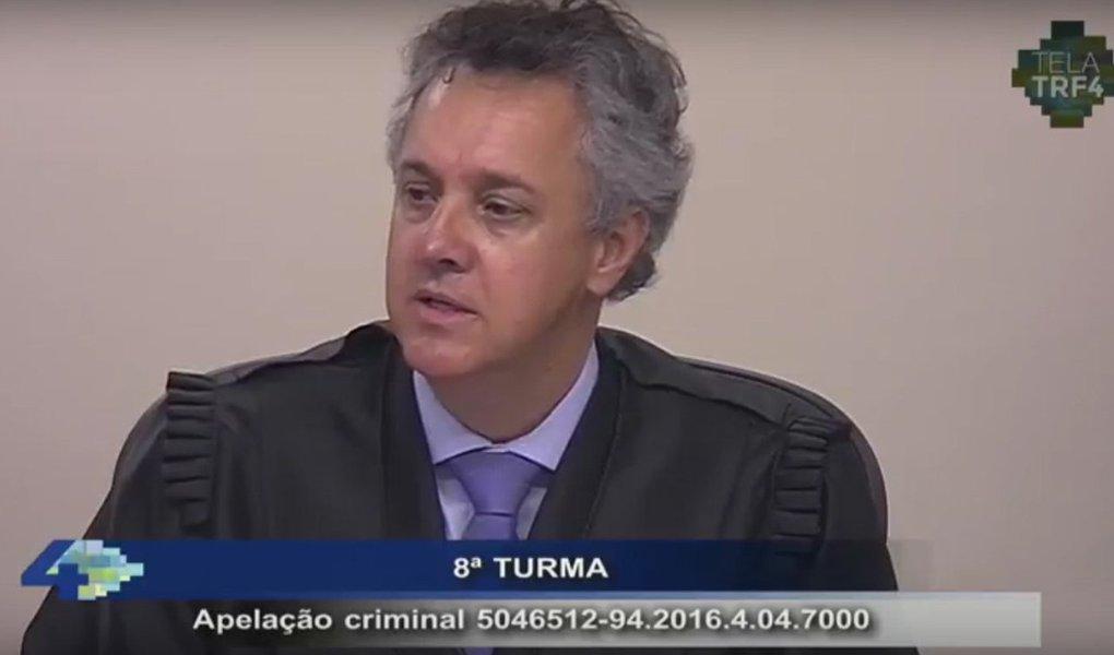 """""""Culpabilidade extremamente elevada"""", disse o desembargador Pedro Gebran Neto,relator do recurso do ex-presidente Lula no TRF-4; """"Infelizmente, se está condenando um ex-presidente da República"""", justificou, ao aumentar a pena do ex-presidente Lulaa 12 anos e um mês de prisão; ele rejeitou todos os pedidos preliminares apresentados pela defesa, confirmando todas os pontos da sentença do juiz Sérgio Moro; ele pediu a prisão de Lula após o término dos recursos no TRF4; sessão em intervalo"""